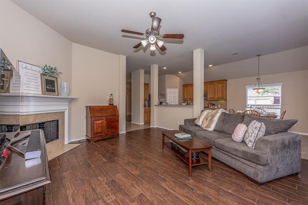 Pending   2101 Balsam Lake Lane Pearland, Texas 77584 16
