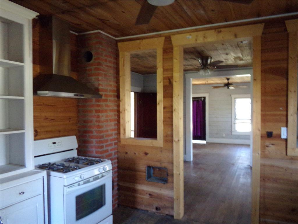 Rustic Home on Acreage for Lease in Sealy | 1108 Silliman Street Sealy, Texas 77474 9
