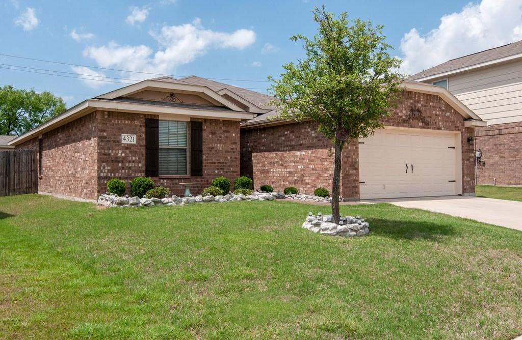 Sold Property | 4321 Mantis Street Fort Worth, Texas 76106 2
