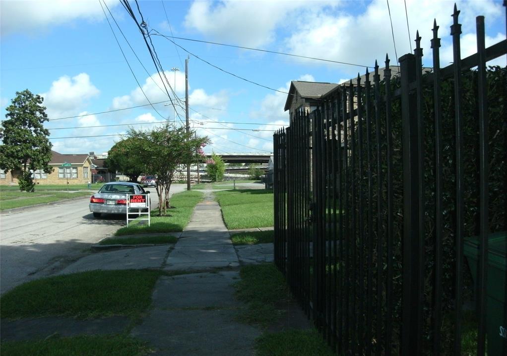 Off Market   2109 E Berry Street #2 Houston, Texas 77004 4