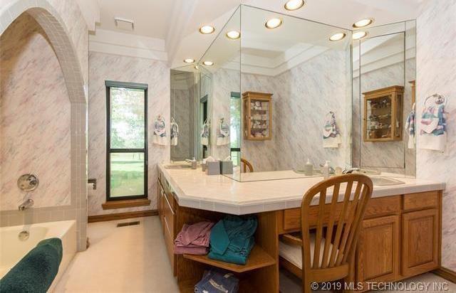 Luxury homes in Catoosa, Oklahoma   820 Lynn Lane Road Catoosa, Oklahoma 74015 16