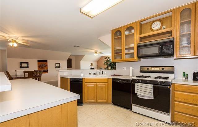 Luxury homes in Catoosa, Oklahoma   820 Lynn Lane Road Catoosa, Oklahoma 74015 28