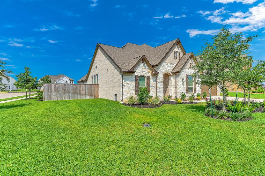 homes for sale in Katy, Falls of Green Meadows, zoned to Katy High School | 6610 Hollow Bay Court Katy, Texas 77493 3