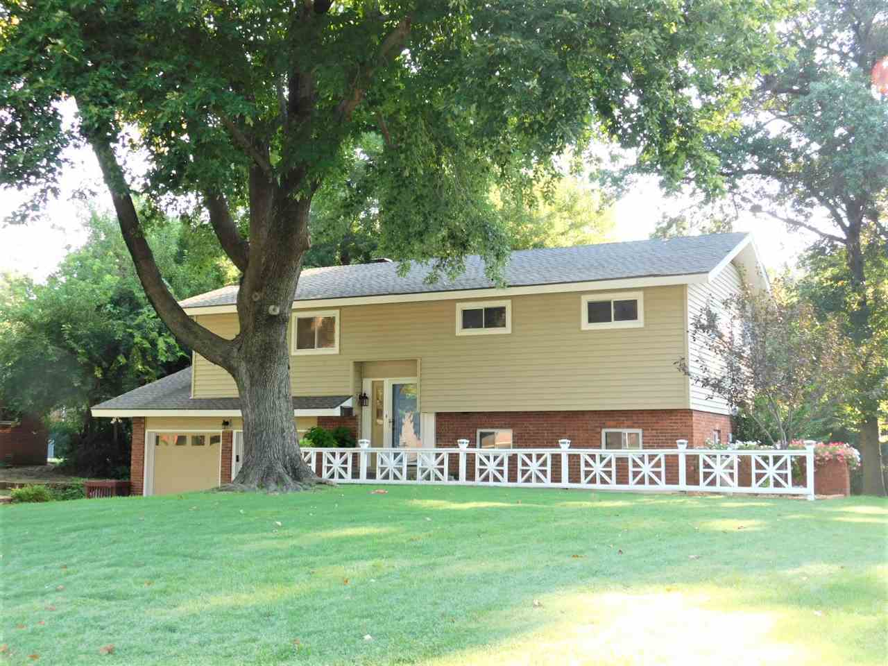 #century21groupone,#homesforsaleponcacity,#poncacityrealestate | 1905 Meadowbrook Ponca City, OK 74604 1