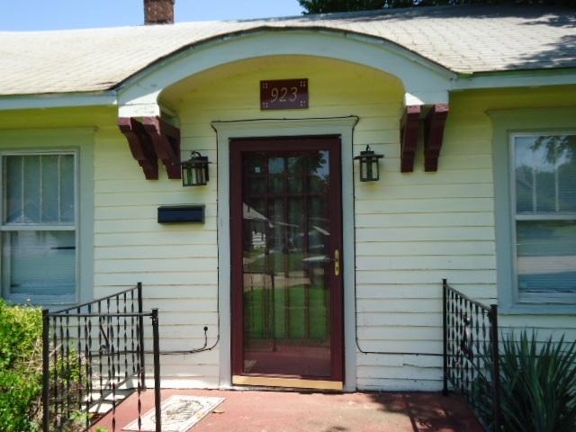 #homesforsaleponcacity #century21groupone #poncacityrealestate | 923 S 8th St.  Ponca City, OK 74601 2