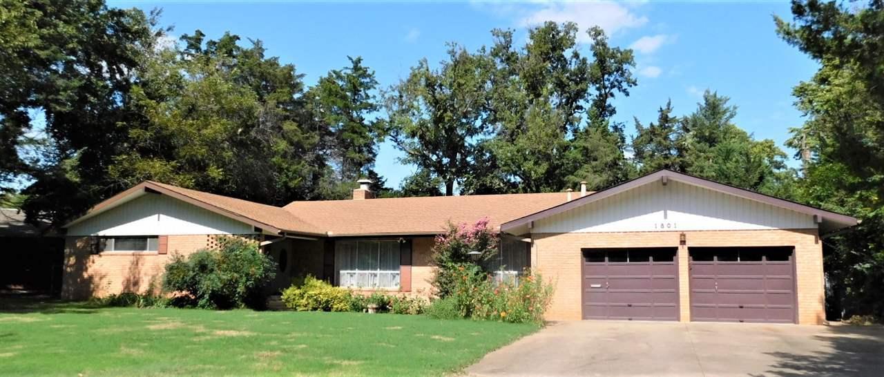 #century21groupone,#homesforsaleponcacity,#poncacityrealestate | 1801 Christmas Tree Lane Ponca City, OK 74604 1