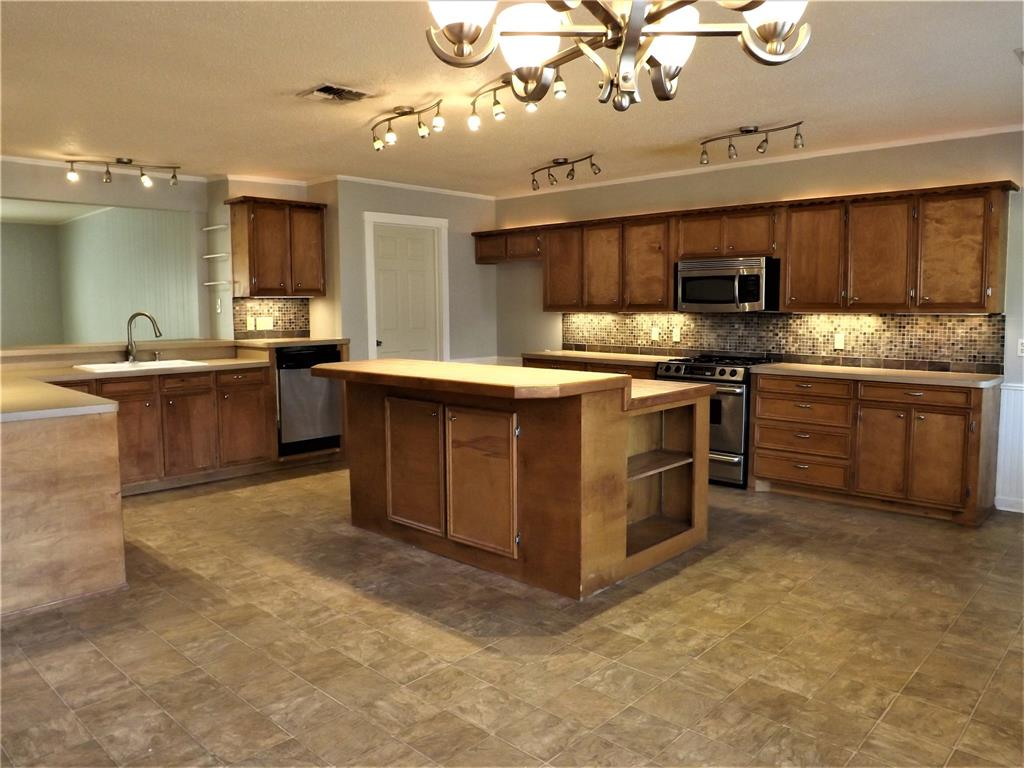 Great Home in Columbus on Cul-de-Sac!  Spacious, Huge Kitchen | 103 North Oak  Drive Columbus, TX 78934 3
