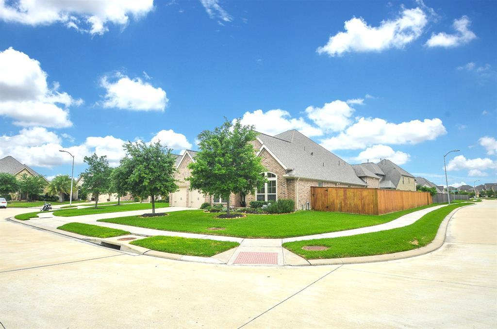 Pending | 1811 Parkwater Cove Court Pearland, TX 77584 2