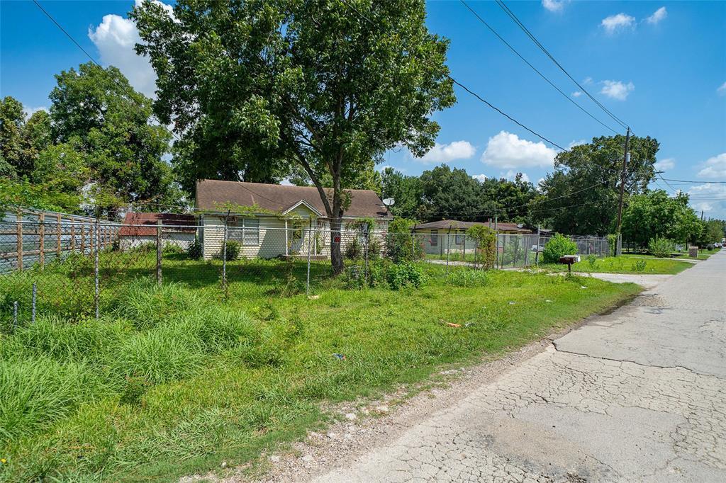 Pending | 610,608 Blue Bell  Road Houston, TX 77037 0