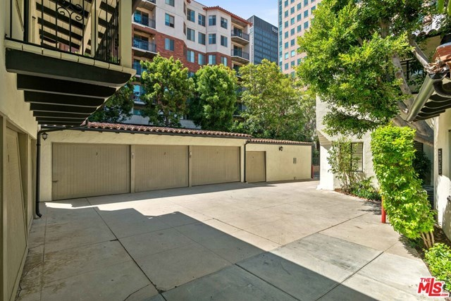 Closed   10840 Lindbrook  Drive #2 Los Angeles, CA 90024 36